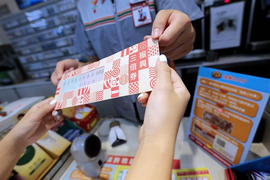 台灣政府則是祭出「振興三倍券」、「國旅安心旅遊」等政策方案,協助相關產業復甦。(圖/黃世麒攝)
