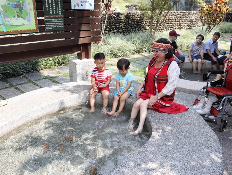谷關溫泉公園泡腳池的高度、深度、扶手等採行通用設計,方便長輩及輪椅族使用。(王文吉攝)