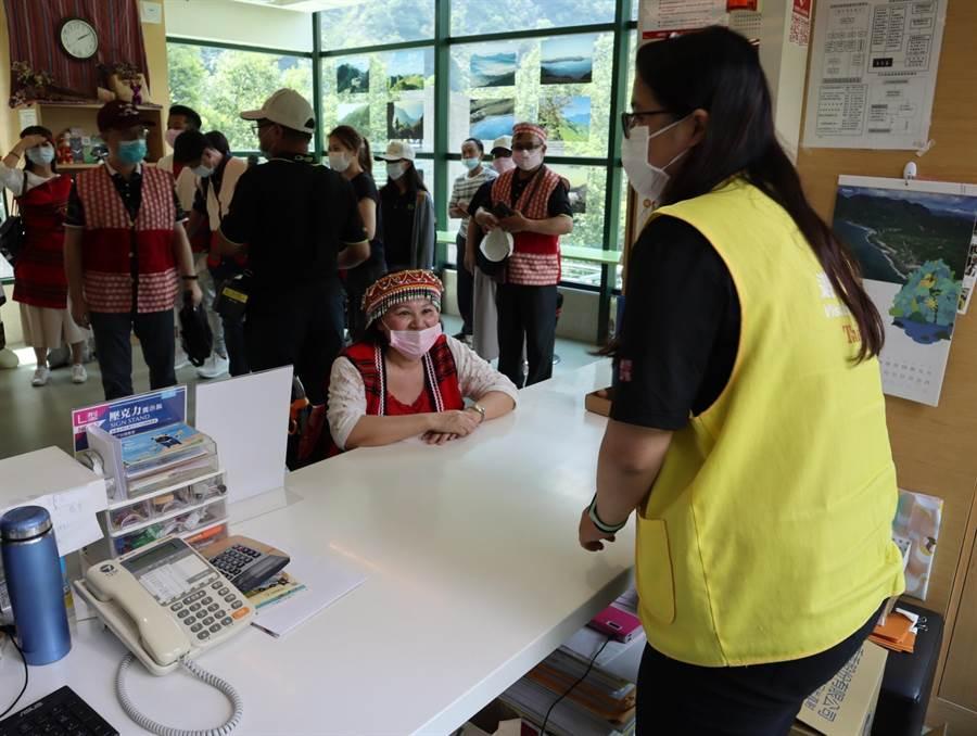 谷關遊客中心諮詢櫃台高度採用通用設計,特別考量輪椅族高度。(王文吉攝)