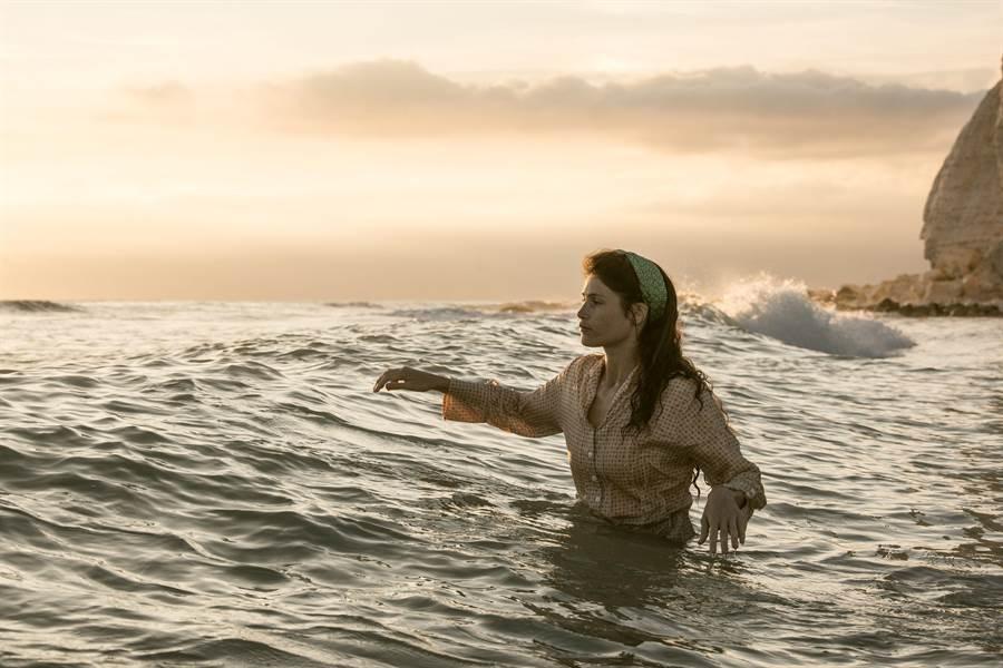 潔瑪雅特頓在《戀夏時光》中一場驚險的海中救援戲讓人看得心驚膽顫。(威視電影提供)