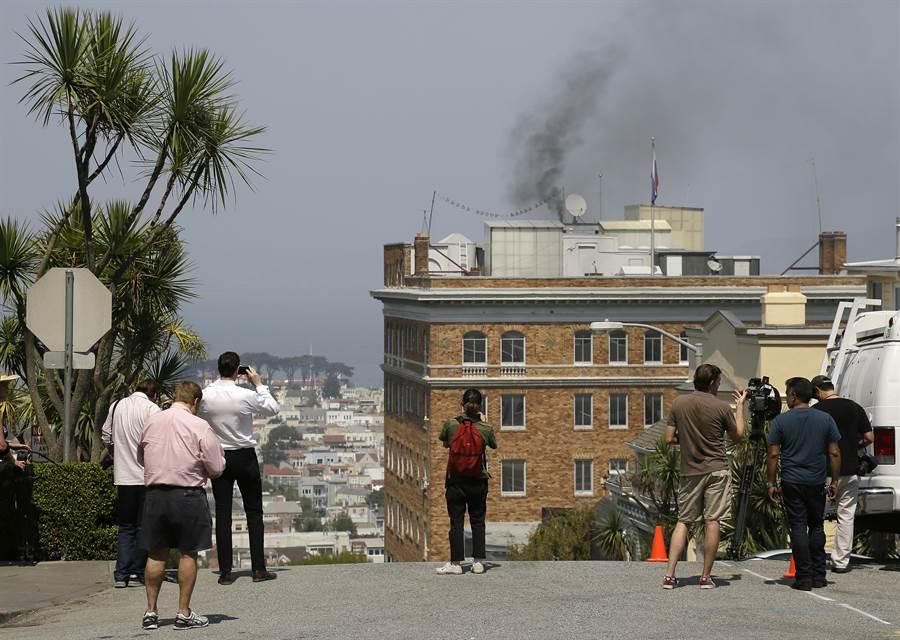 2017年俄羅斯舊金山領事館關閉前屋頂冒出黑煙,疑似焚燒機密文件。(美聯社圖)