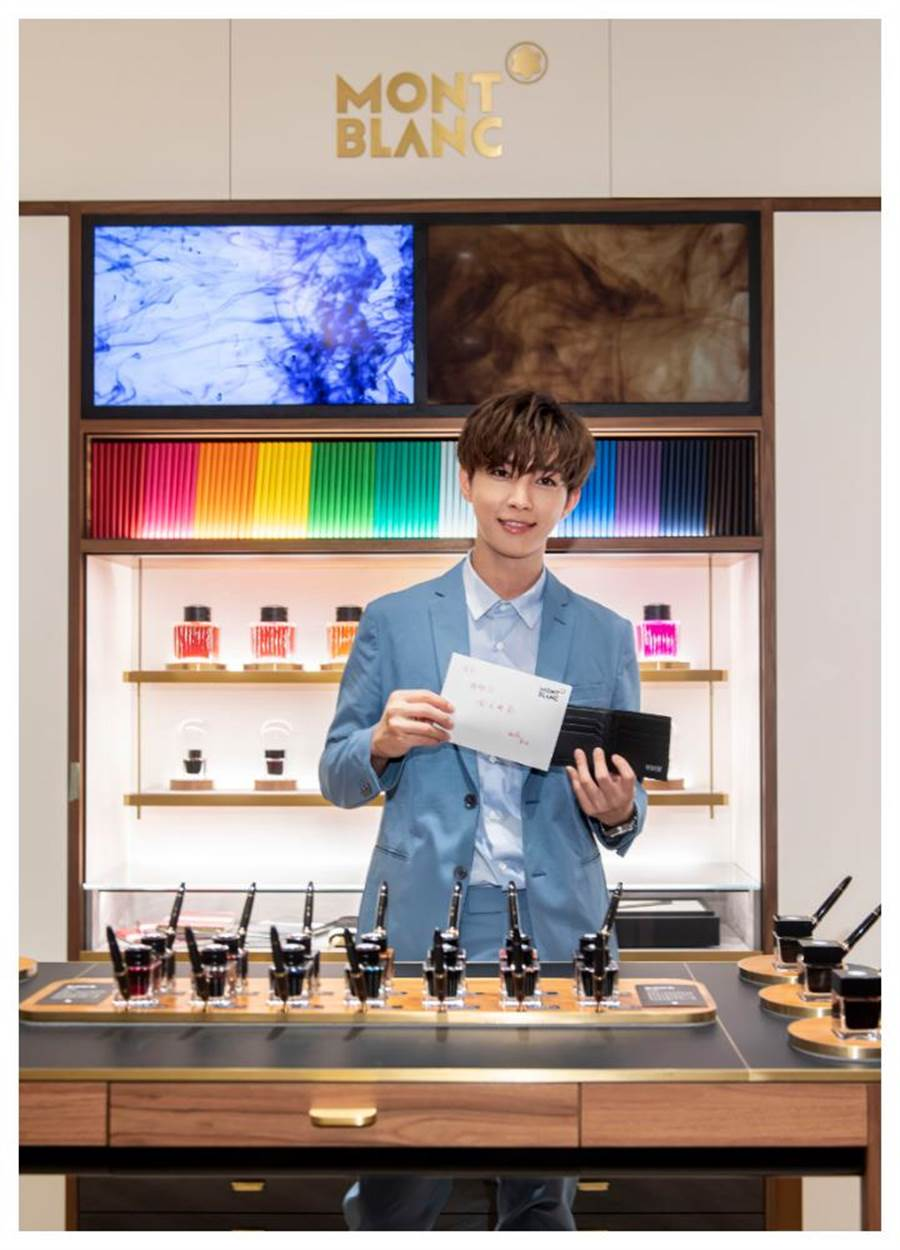 炎亞綸出席萬寶龍101旗艦店改裝開幕,為醫師父親挑選皮夾並寫卡片,作為父親節禮物。(Montblanc提供)