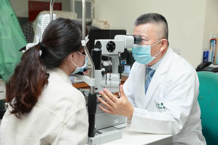 近視雷射術後的眼睛保養依然重要,若用眼習慣不佳,過度使用3C產品,度數仍然有回彈的可能。/圖微笑眼科提供