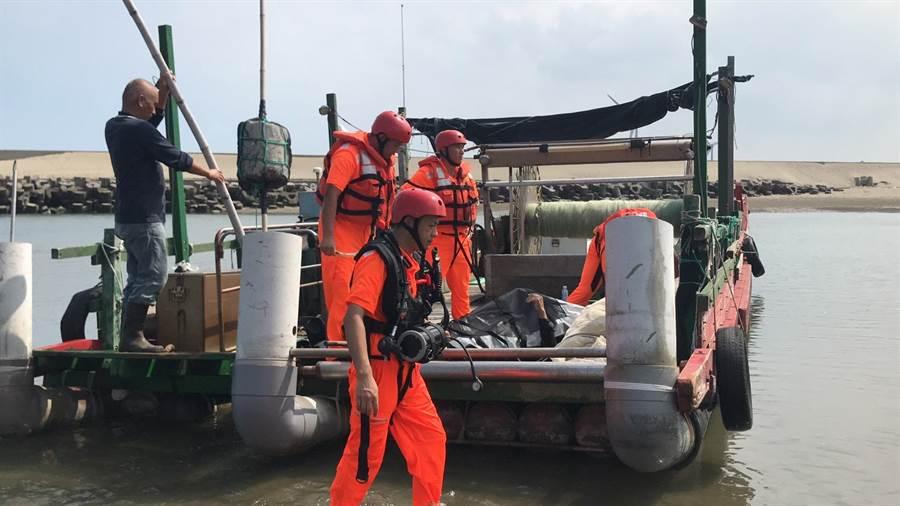 海巡人員以漁筏載運老翁遺體回漁港。(第三岸巡隊提供/巫靜婷苗栗傳真)