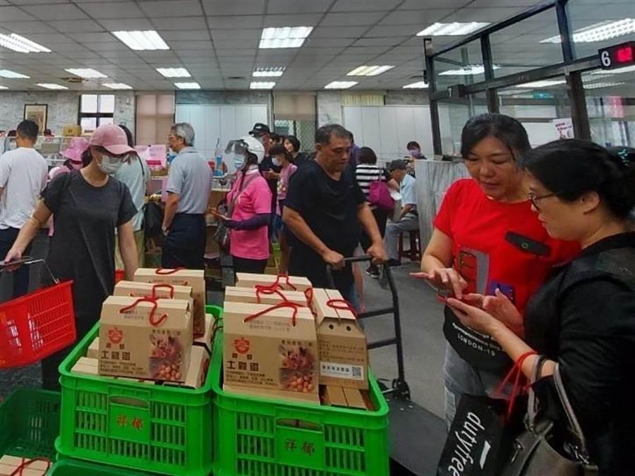 民眾持農遊券購物都「精打細算」,買到剛剛好,農會坦言現金進帳並不多,以雞蛋、米和麵條等民生物資最夯。(蔡依珍攝)