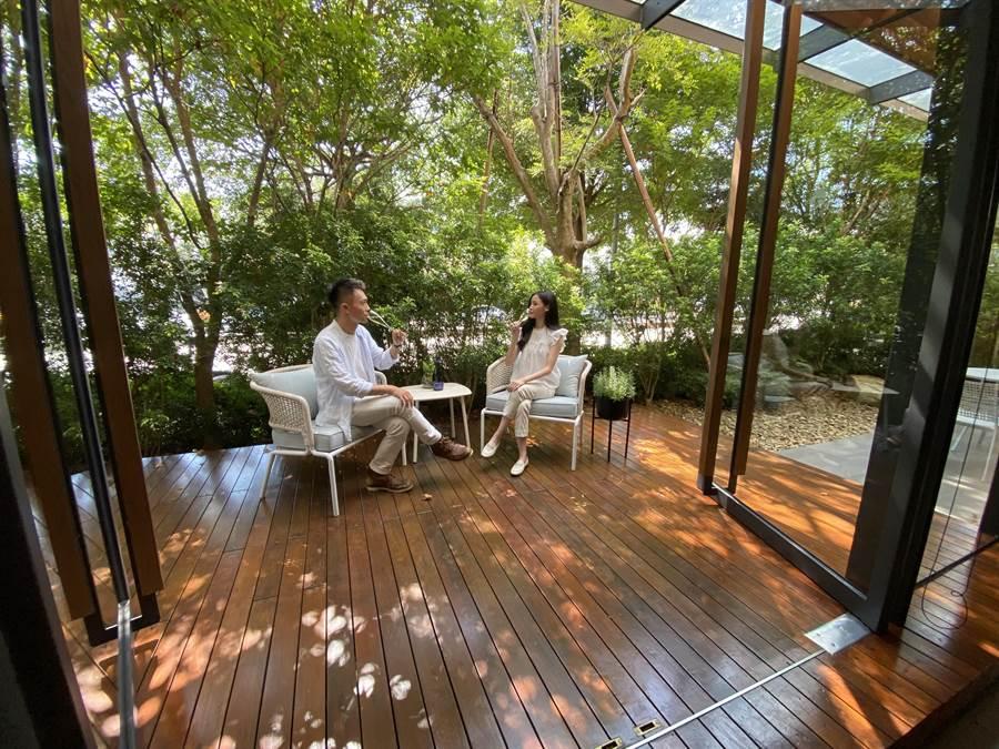 「陸府觀森」雙植樹大陽台,綠意盎然,更有如另一個房間的延伸。(盧金足攝)