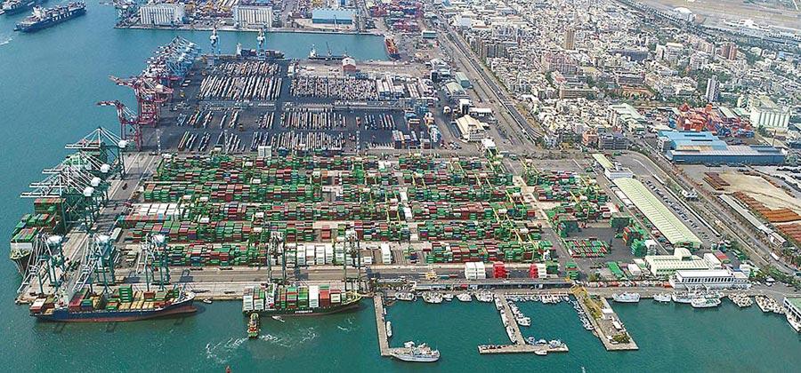 受到新冠肺炎疫情影響,財政部公布6月出口271.3億美元,年減3.8%,是連續4個月下挫。圖為高雄港第五貨櫃中心。(港務公司提供)