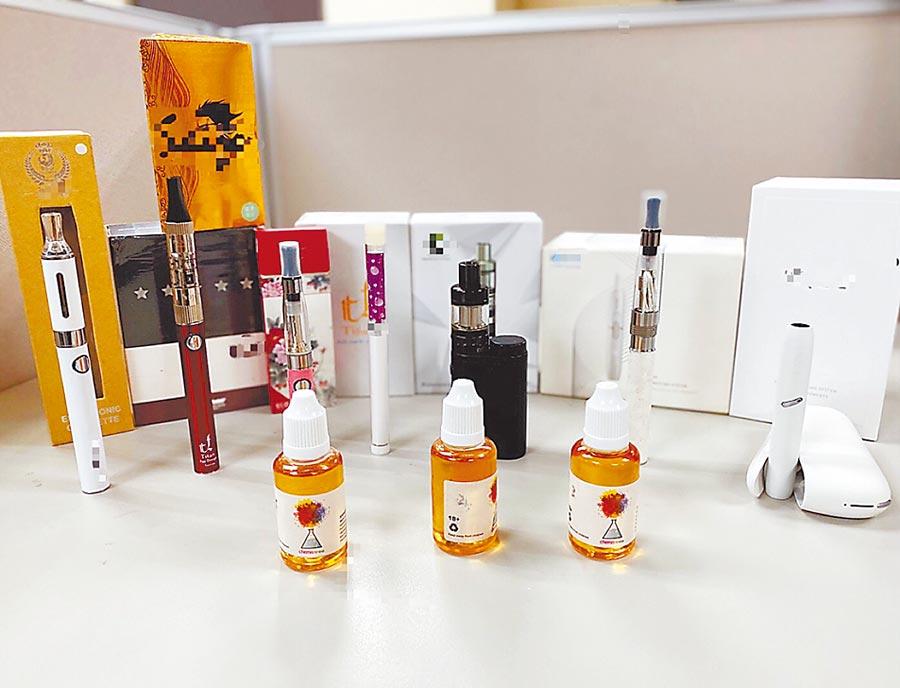 電子煙氾濫卻無法可管,業者為規避《菸害防制法》規範,將電子煙設計成USB、打火機、手機等千奇百怪造型。(新北市衛生局提供/許哲瑗新北傳真)