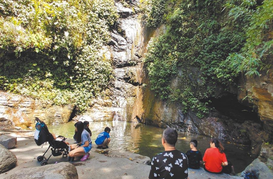 台東7月缺雨水,知本林道瀑布出現罕見「斷流」。(莊哲權攝)