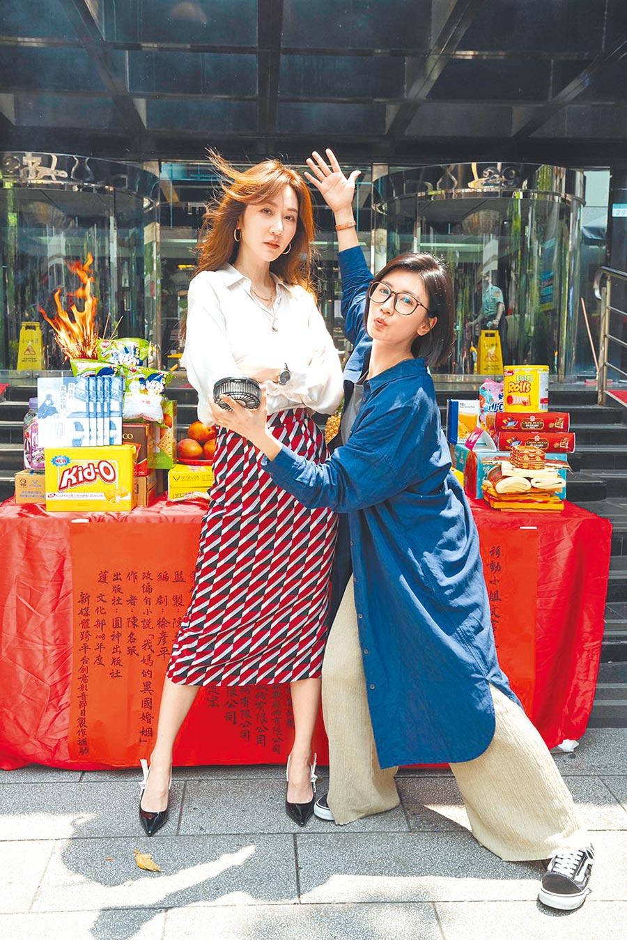 賈靜雯(右)與曾莞婷在新戲飾演一對閨蜜。(草舍文化提供)
