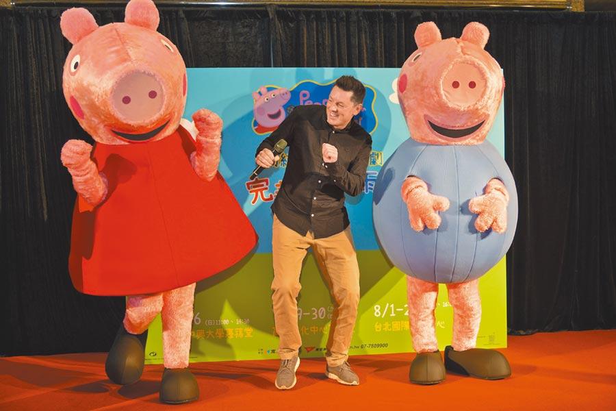 粉紅豬小妹舞台劇導演史都華馬歇爾(中)與佩佩(左)、喬治玩偶開心跳舞。(寬宏藝術提供)