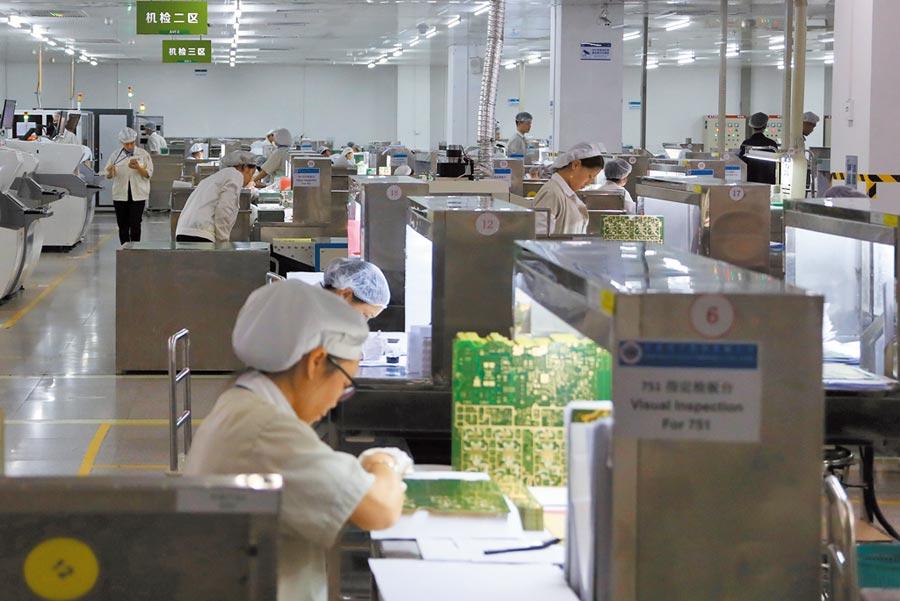 大陸14省市GDP由負轉正,廣東GDP仍居冠。圖為廣東東莞市一家電路板企業生產線,工人在作業。(中新社)