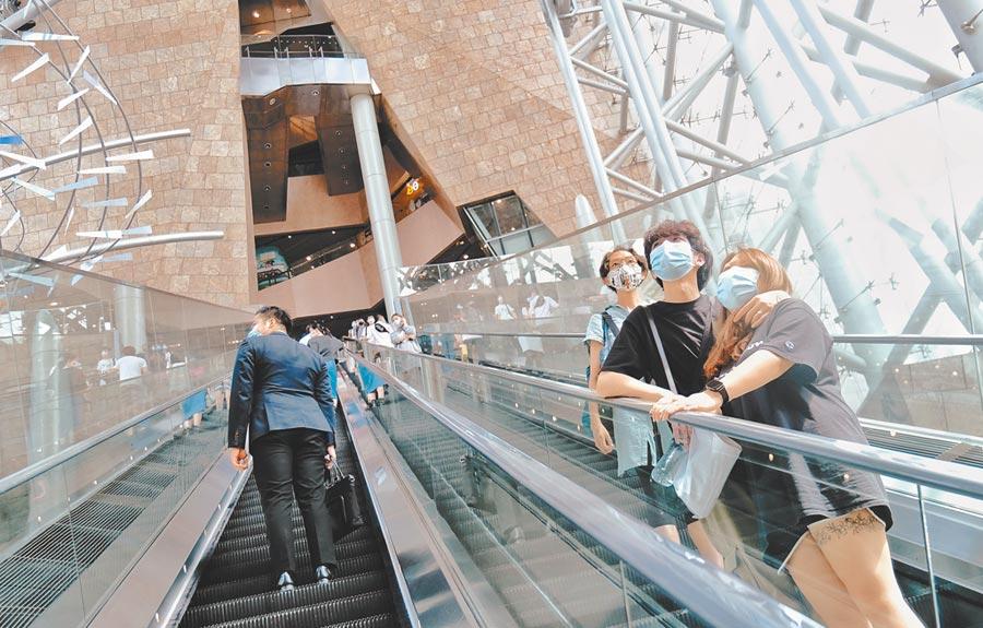 7月22日,香港公布新一輪防疫措施,要求23日起市民在室內公共場所強制配戴口罩。圖為當日旺角朗豪坊商場內配戴口罩的市民。(中新社)