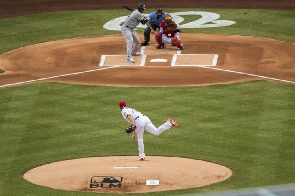 國民投手薛爾瑟投出大聯盟復賽第一球,打者為洋基希克斯,投手丘上還有BLM標誌。(美聯社)