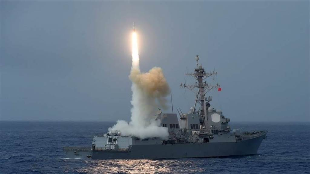 關閉成都領館影響不小?美學者分析:雙方恐爆發武裝衝突。圖為 美國海軍軍艦發射飛彈。(圖/美國海軍)