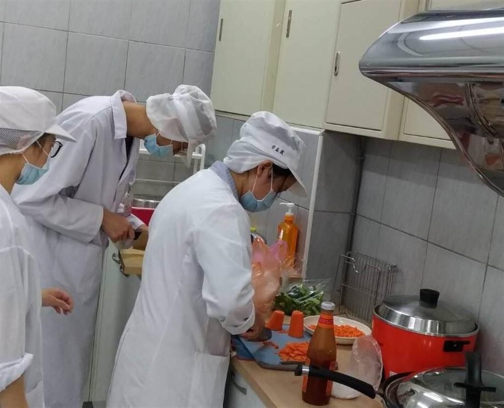 營養系學生為北苗市場日照中心長者設計的西式午餐備料。(衛福部苗栗醫院/巫靜婷苗栗傳真)