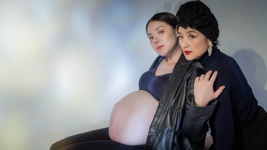 歐陽靖和母親譚艾珍同拍孕婦寫真。(圖/FB@歐陽靖・裏東京生存記)