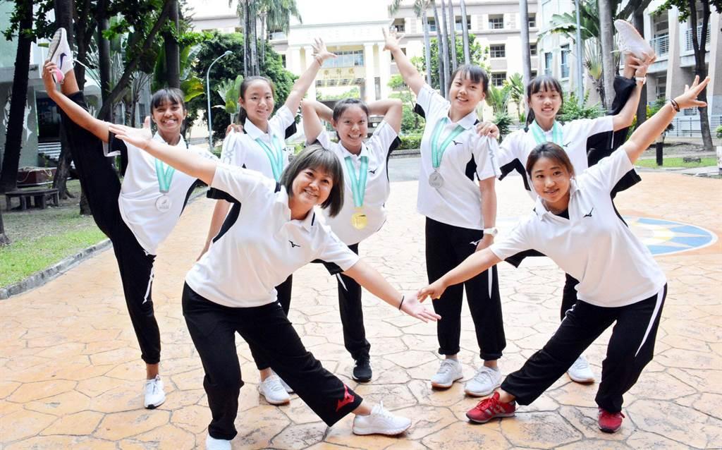 大同高中競技體操隊為學校拿下一面成隊金牌。(林和生攝)