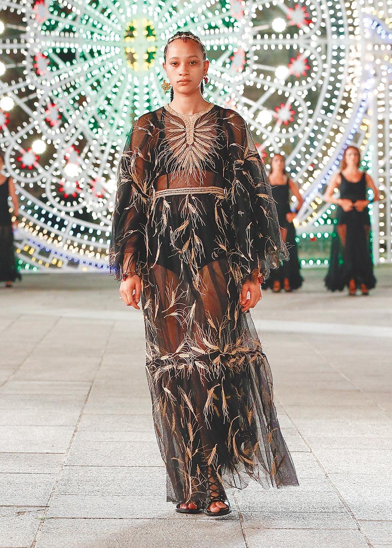 以紗質結合麥穗印象,打造另一種回歸田野形象。(Dior提供)