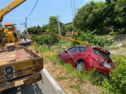 未注意路旁高低落差 女子連人帶車摔進菜園警急救援