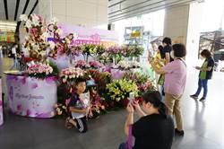 豐原火車站飄百合花香 旅客爭相打卡兌換