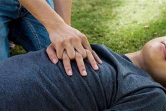 女幫路倒老翁CPR  急救員想道謝…她丟一句話帥氣閃人