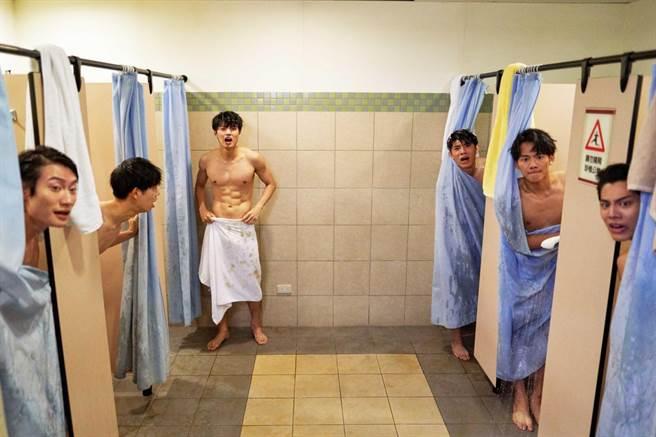 《違反校規的跳投》吳念軒(右二)與劇中一幫籃球隊友有養眼洗澡戲。(七十六号原子提供)