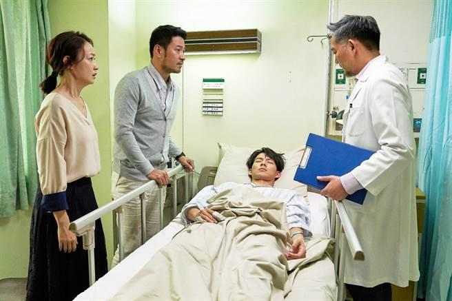 《違反校規的跳投》劇中隱瞞病況的吳念軒(右二)在比賽中病發緊急送醫,左一為媽媽潘慧如、左二為爸爸劉漢強。(七十六号原子提供)