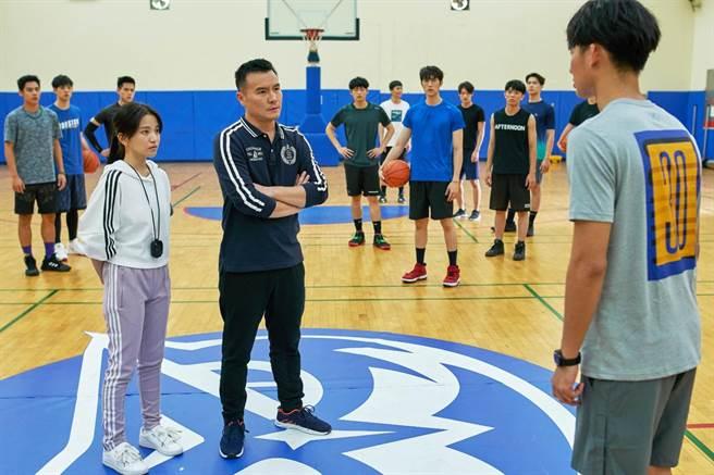 吳念軒(右一)拼命鍛鍊體能,終於獲得魔鬼教練李銘忠(前左二)首肯加入籃球隊,前左一為蔡瑞雪。(七十六号原子提供)