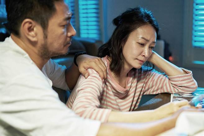 劉漢強(左)、潘慧如飾演夫妻,為保護患有「馬凡氏症」的兒子吳念軒煩惱。(七十六号原子提供)