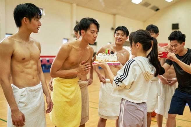 《違反校規的跳投》「球隊經理」蔡瑞雪捧著生日蛋糕為吳念軒(左二)慶生。(七十六号原子提供)