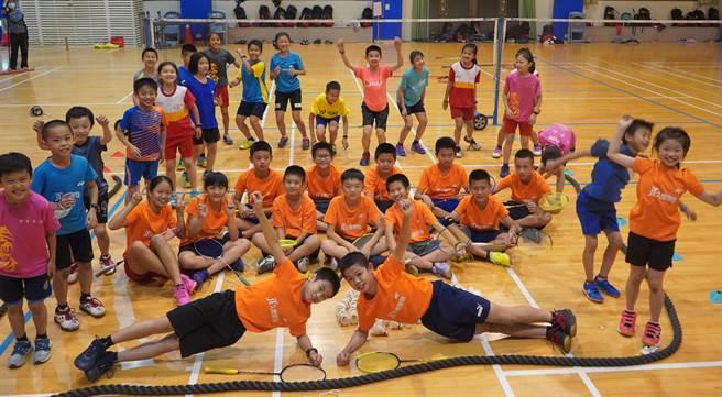 久樘開發贊助豐原南陽國小羽球隊,從運動競技中培養正確的人生態度,挖掘有潛力的優秀選手。(盧金足攝)