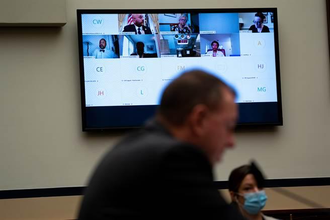 看電視是現代人必備的日常放鬆活動,但有研究人員發現,看太多電視會增加人們死於心臟病發作或中風的風險。示意圖。(圖片來源/達志影像shutterstock提供)