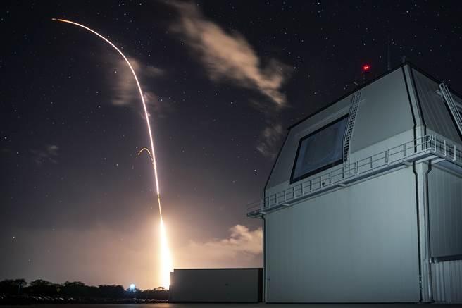 美國飛彈防禦署(U.S. Missile Defense Agency)試射陸基神盾飛彈防禦系統(AAMDS)的資料照。(美國飛彈防禦署)