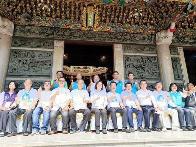 蔡英文總統(前排左六)與縣長翁章梁(前排左七)等人拍大合照。(張毓翎攝)
