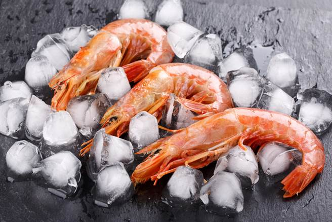 全聯買蝦竟凍成「蝦子冰塊」?行家狂讚:這樣才新鮮(示意圖/達志影像)