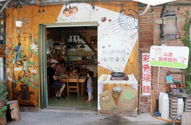 十三間老街藝術彩繪完工,處處可見南庄特色。(巫靜婷攝)