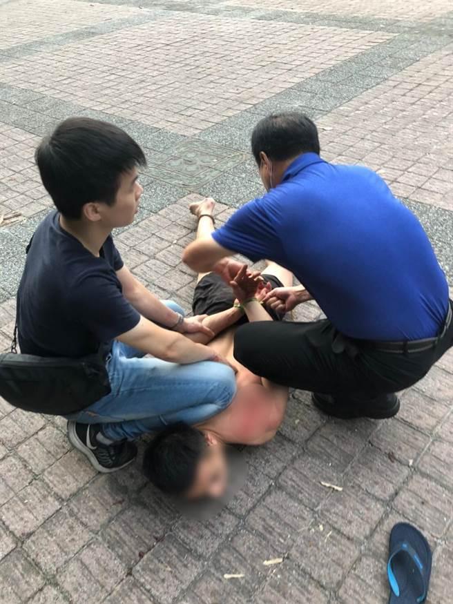基隆1名21歲越南籍移工深夜連搶3機超商,傍晚在七堵山區落網。(汐止警方提供/許家寧新北傳真)