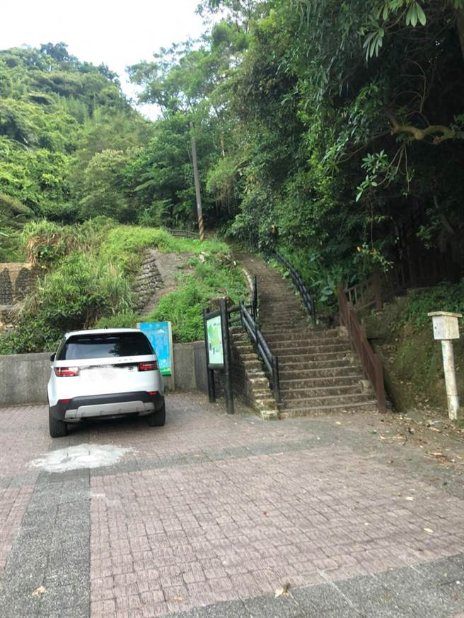 警方封山搜索,在七堵泰安瀑布成功逮捕超商搶匪。(汐止警方提供/許家寧新北傳真)