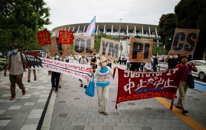 東京奧運會因受新冠肺炎疫情影響決定延期1年,7月24日原是東京奧運會的開幕日,有民眾發行呼籲停辦東京奧運的示威遊行活動。(路透社)
