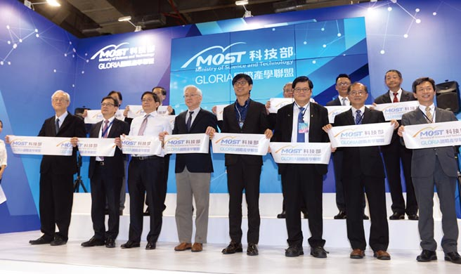2020亞洲生技大會(BIO Asia Taiwan)23日開展,科技部舉辦國際產學聯盟開幕典禮,部長吳政忠(前左四)與聯盟大學代表等一同出席開幕剪綵儀式。圖/王德為