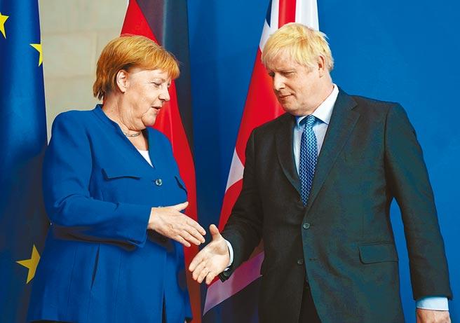為反制《香港國安法》,英國宣布啟動特殊通道讓港人能赴英居住,德國擬中止與香港的引渡協議。圖為德國總理梅克爾(左)與英國首相強森(右)2019年8月在柏林合影。(美聯社)