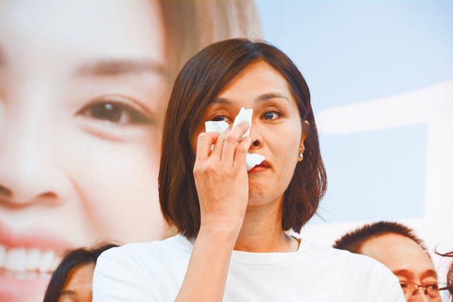 國民黨高雄市長補選候選人李眉蓁,23日針對論文抄襲風波向外界道歉,當場忍不住落淚。(林宏聰攝)