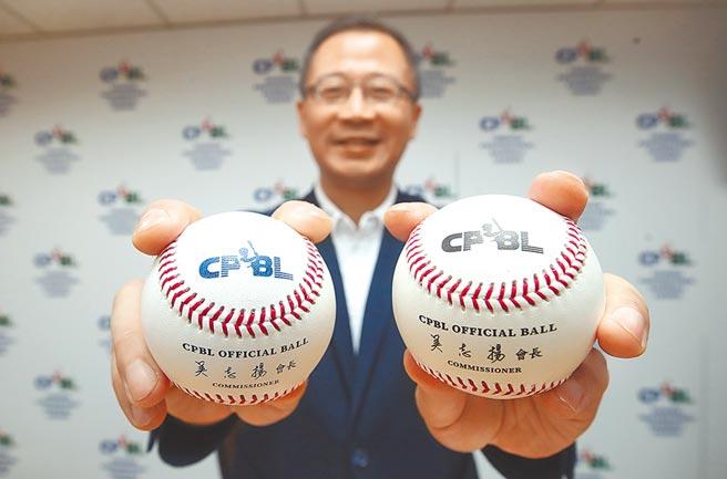 中職下半季將更換比賽用球,會長吳志揚展示新球(左藍字)與舊球(右黑字)。(資料照/中央社)