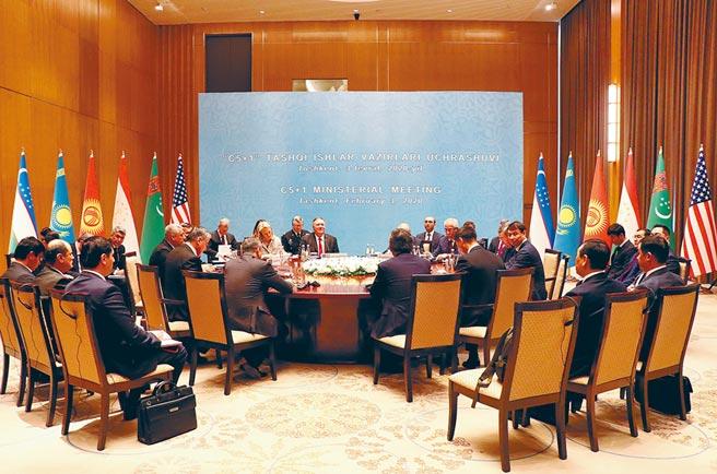 美國國務卿蓬佩奧與中亞五國外長會談。(新華社資料照片)