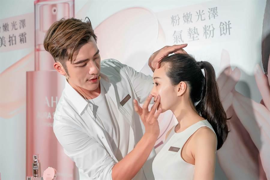 小凱老師示範使用美拍霜、美拍氣墊,美拍霜被小凱老師比喻為「妝前調節膚色的特效濾鏡」。(圖/品牌提供)