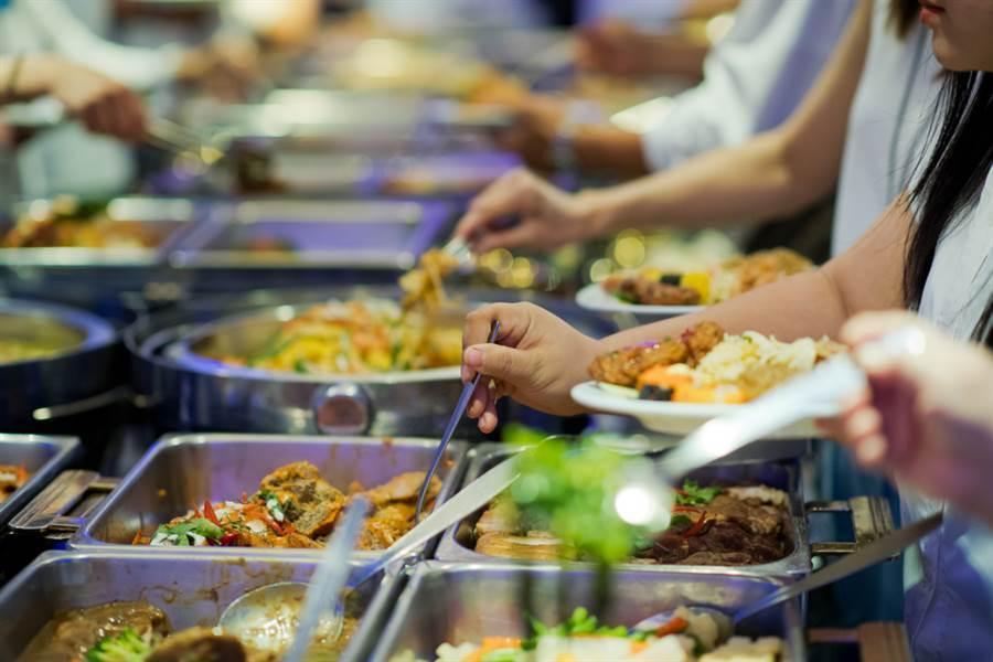 自助餐夾2樣菜沒肉沒飯70元 內行揭爆貴原因(示意圖/達志影像)