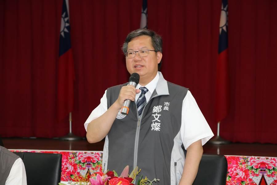 桃園市長鄭文燦24日到平鎮警分局勉勵有功員警。(黃婉婷攝)