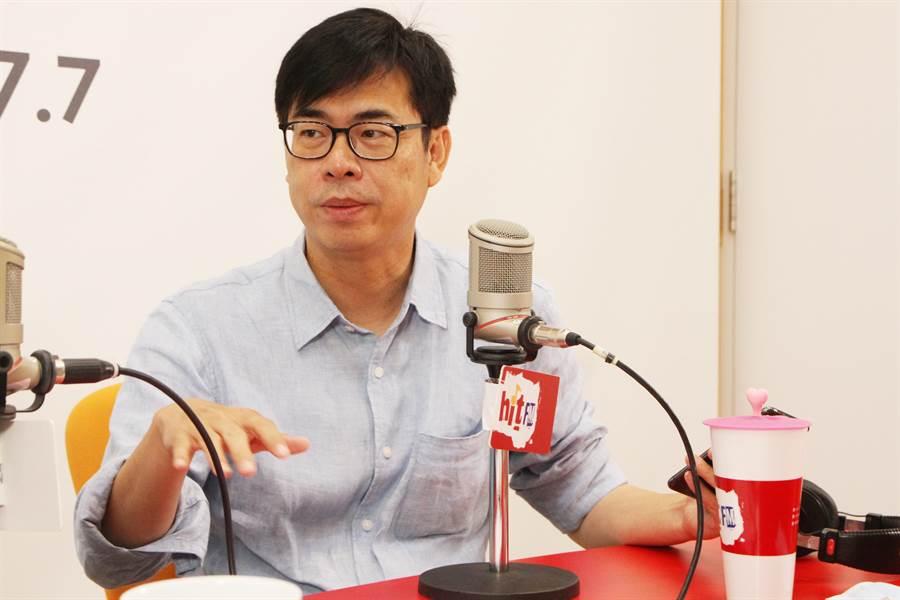 高雄巿長候選人陳其邁24日上廣播受訪。(Hit Fm《周玉蔻嗆新聞》製作單位提供)