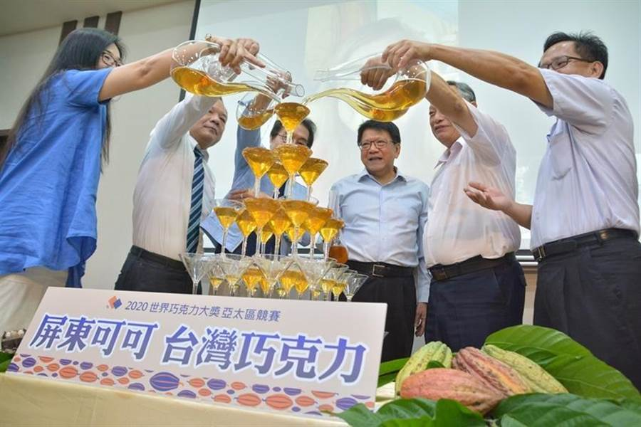2020世界巧克力獎亞太區競賽正式啟動,屏東縣長潘孟安(右三)參加啟動儀式。(圖/縣府提供)